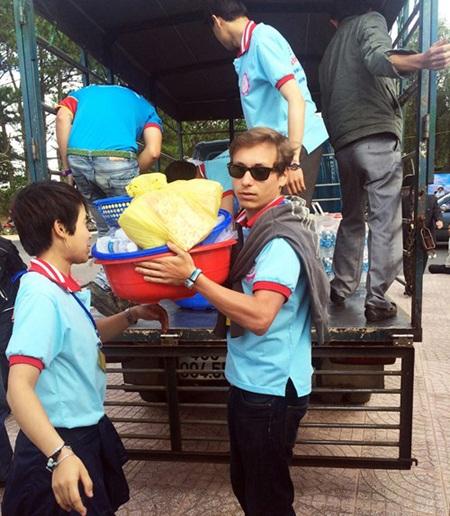 Chàng tình nguyện viên 9X vận chuyển cơm cho thí sinh