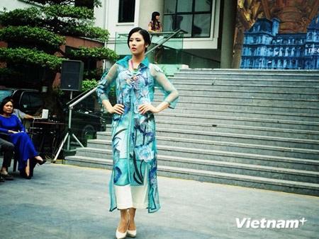Mẫu thiết kế của NTK Hùng Việt trình diễn tại Bảo tàng Phụ nữ Việt Nam chiều 23/10 vừa qua.