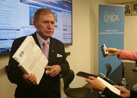 Ông Michael Kirby trả lời báo chí tại cuộc họp báo ngày 22/10. Ảnh: Tuấn Anh.