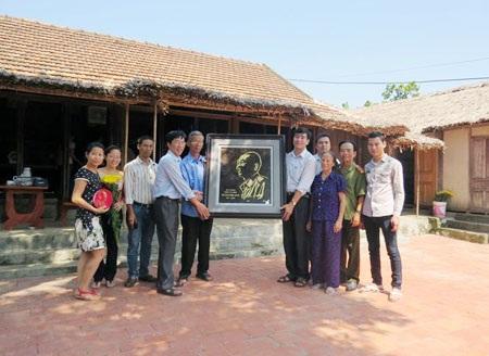 Ông Võ Đại Hàm nhận quà lưu niệm của người dân đến thăm Nhà lưu niệm Đại tướng Võ Nguyên Giáp.