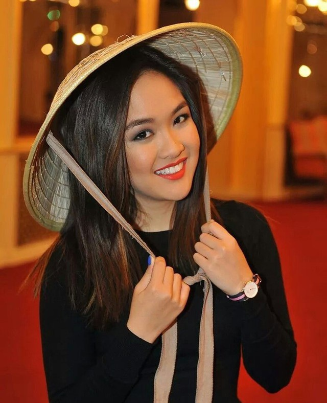 Thanh Hiền trong chiếc nón lá duyên dáng Việt Nam.