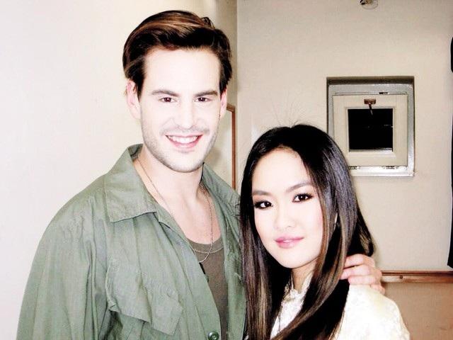 Thanh Hiền cùng nam diễn viên đóng vai chính trong Miss Saigon.