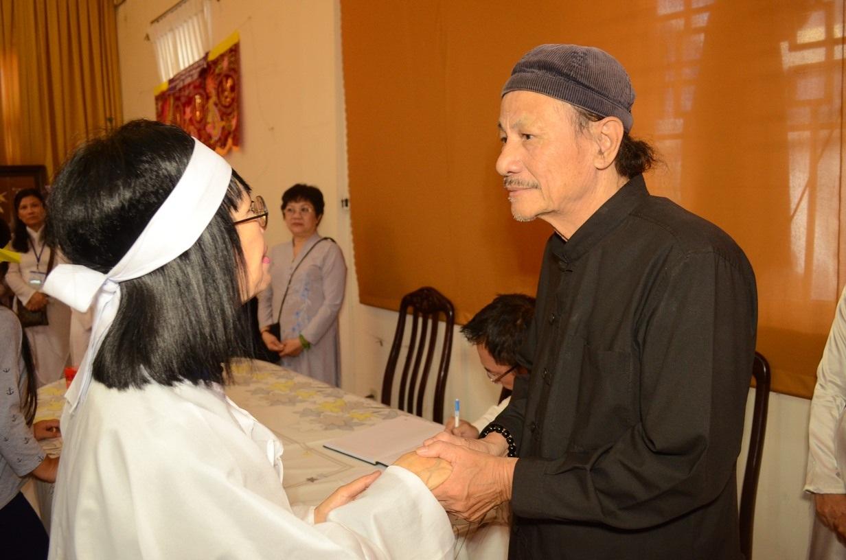 Đạo diễn Lê Cung Bắc (bên phải) tại tang lễ của GS Trần Văn Khê. (Ảnh: Phạm Nguyễn)