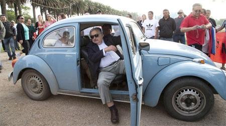 Tổng thống Jose Mujica của Uruguay bước ra từ chiếc xe VW Beetle đời 1987 của ông.