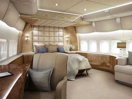 Từ cửa sổ phòng ngủ của máy bay, có thể nhìn ra bầu trời bên ngoài khi bay.