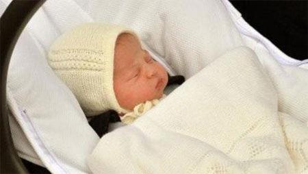 Công chúa Charlotte Elizabeth Diana vừa chào đời của nước Anh.