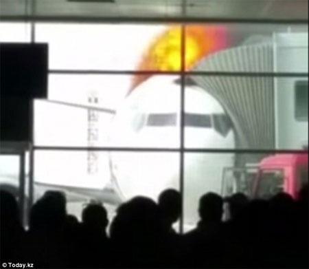 Ngọn lửa nhìn từ phòng chờ của sân bay.