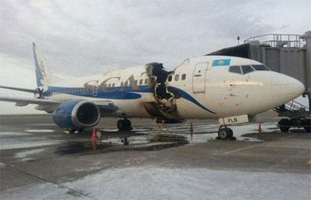 Máy bay bị hư hỏng nặng sau vụ cháy.