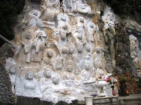Tượng Phật trên vách tường động Âm Phủ