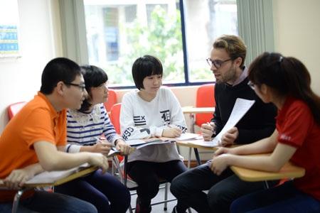 Một giờ học nhóm dưới sự hướng dẫn của giáo viên tại Trung tâm Anh ngữ