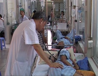 Chăm sóc BN sốt xuất huyết tại BV Bệnh nhiệt đới Trung ương. Ảnh: H.Hải