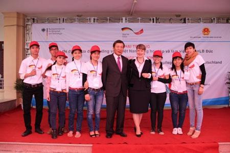 Đại sứ Đức Jutta Frasch và Thứ trưởng Nguyễn Thanh Hòa chụp ảnh cùng các học viên.