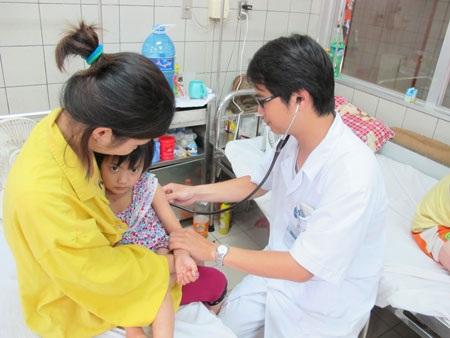 Khám bệnh cho trẻ tại Khoa Nhi (BV Bạch Mai). Ảnh: T.A