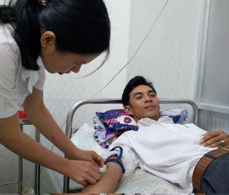 Anh Lê Minh Tân hiến máu lần thứ 53 trong một ca cấp cứu cần máu tại BVĐK Tịnh Biên. Ảnh: Mỹ An