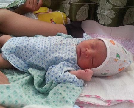 Em bé say ngủ khi được mẹ cho ăn no, thay tã khô ráo. Ảnh: H.Hải
