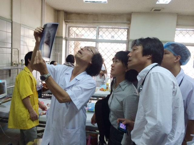 Các bác sĩ hội chẩn một ca diễn biến viêm phổi nặng do sởi tại khoa Nhi, BV Bạch Mai. Ảnh: T.A