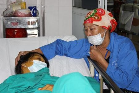 Nằm viện vì bệnh trọng, chị Nhung quặn thắt nỗi đau lo cho