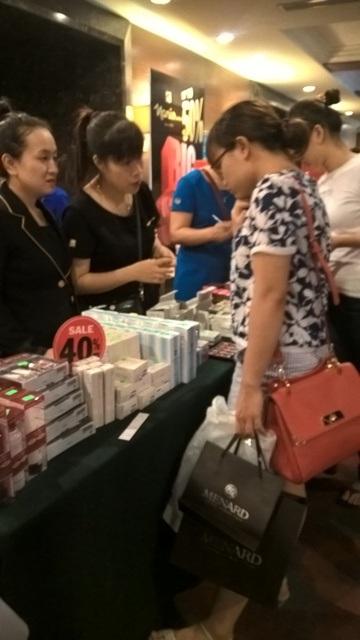 Mỹ phẩm, nước hoa là mặt hàng bán chạy và được bày bán nhiều nhất tại các gian hàng.