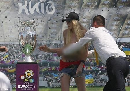Kiều nữ phản đối Euro 2012 bằng cách… ăn trộm cúp vô địch