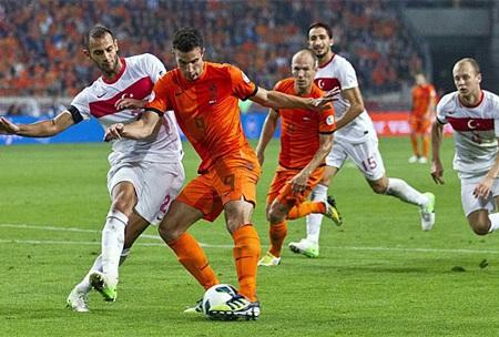 Van Persie lập công trong thắng lợi 2-0 của Hà Lan vào lưới Thổ Nhĩ Kỳ