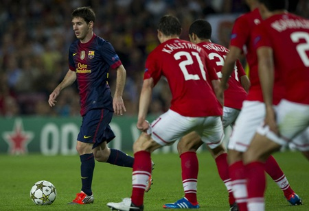 Lionel Messi trong vòng vây các cầu thủ Spartak Moscow