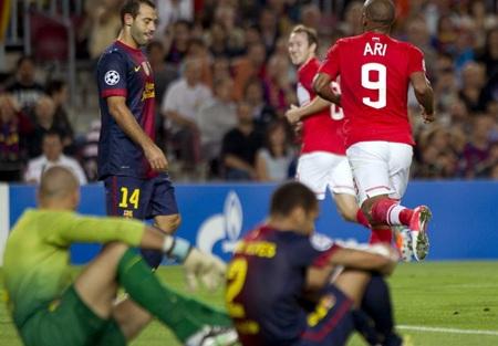 Dani Alves lóng ngóng đốt lưới nhà khiến Barca bị gỡ hòa 1-1