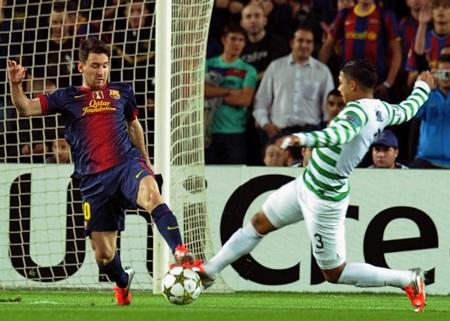 Lionel Messi bị các hậu vệ Celtic khóa chặt ở những phút đầu
