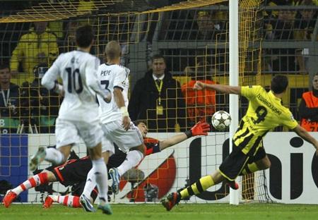 Lewandowski đưa Dortmund vượt lên dẫn trước