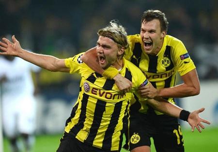Schmelzer ăn mừng bàn thắng ấn định tỷ số 2-1 cho Dortmund