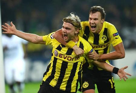 Schmelzer ăn mừng bàn thắng ấn định tỷ số 2-1 cho Dortmund...