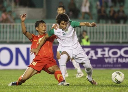 ĐT Việt Nam luôn khó khăn trước đối thủ đá áp sát - Ảnh: Sơn Dũng