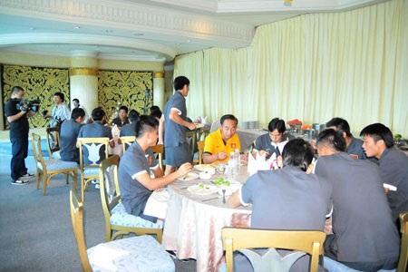 Các tuyển thủ Việt Nam vui đùa tại phòng ăn - Ảnh: An An