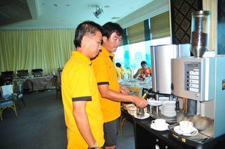 HLV Phan Thanh Hùng và trợ lý Hoàng Anh Tuấn - Ảnh: An An