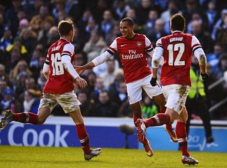Theo Walcott ấn định thắng lợi 3-2 cho Arsenal