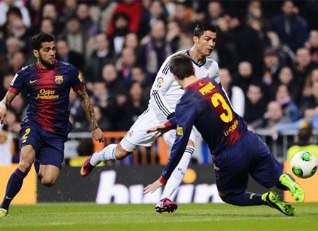 C. Ronaldo bị Pique phạm lỗi ở đầu trận