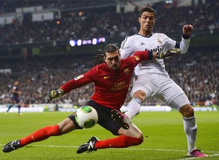 Thủ thành Pinto trong một pha ngăn chặn C. Ronaldo