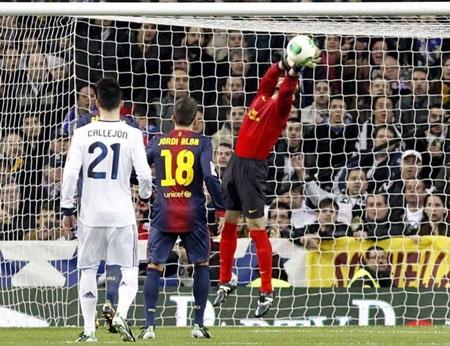 Hàng thủ Barcelona thi đấu khá tập trung tại Bernabeu