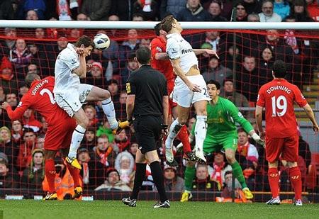 Vertonghen lập cú đúp vào lưới Liverpool