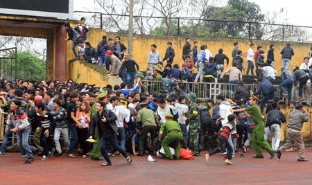 Sân Vinh quá tải vì lượng CĐV đến sân quá đông - Ảnh: Gia Hưng