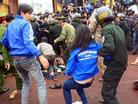 Các CĐV đã tràn vào sân gây náo loạn - Ảnh: Gia Hưng