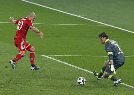 Khoảnh khắc Robben hạ Weidenfeller giúp Bayern Munich vô địch