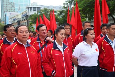 Đoàn Việt Nam dâng hương tại tượng đài Bác Hồ.
