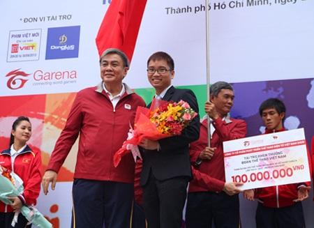 Ông Nguyễn Quang Hưng, đại diện công ty VED trao tài trợ đoàn thể theo Việt Nam