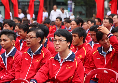 VĐV cờ vua Lê Quang Liêm vàVĐV bơi lội Nguyễn Thị Ánh Viên (ngồi sau Liêm).