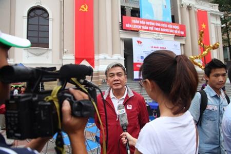 Ông Lâm Quang Thành trả lời báo đài.