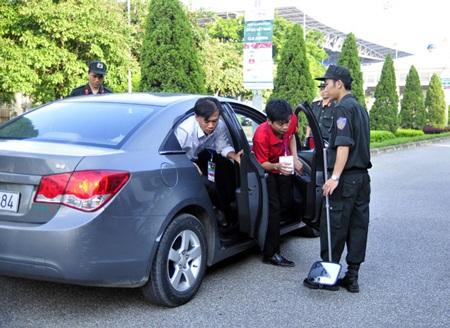 Ô tô cũng được kiểm tra khá kỹ trước khi vào sân