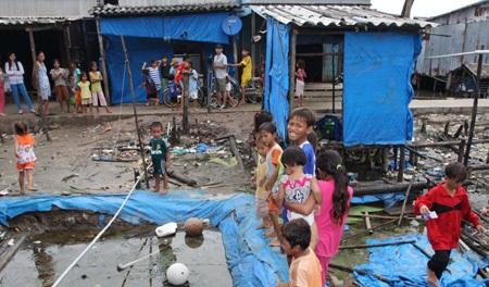 Những căn nhà đổ nát thê thảm ở Cái Mòi, vẫn đang được người dân dùng để… ở.