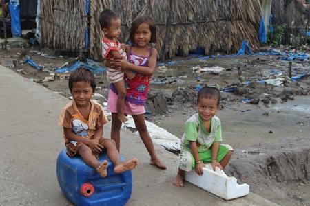 Trẻ em ở Cái Mòi, xóm nghèo tận cùng cực nam tổ quốc.