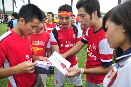 Các CĐV chia nhau những chiếc vé xem Arsenal tập ở ngoài sân