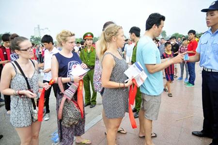 Nhiều khán giả vào sân là người nước ngoài